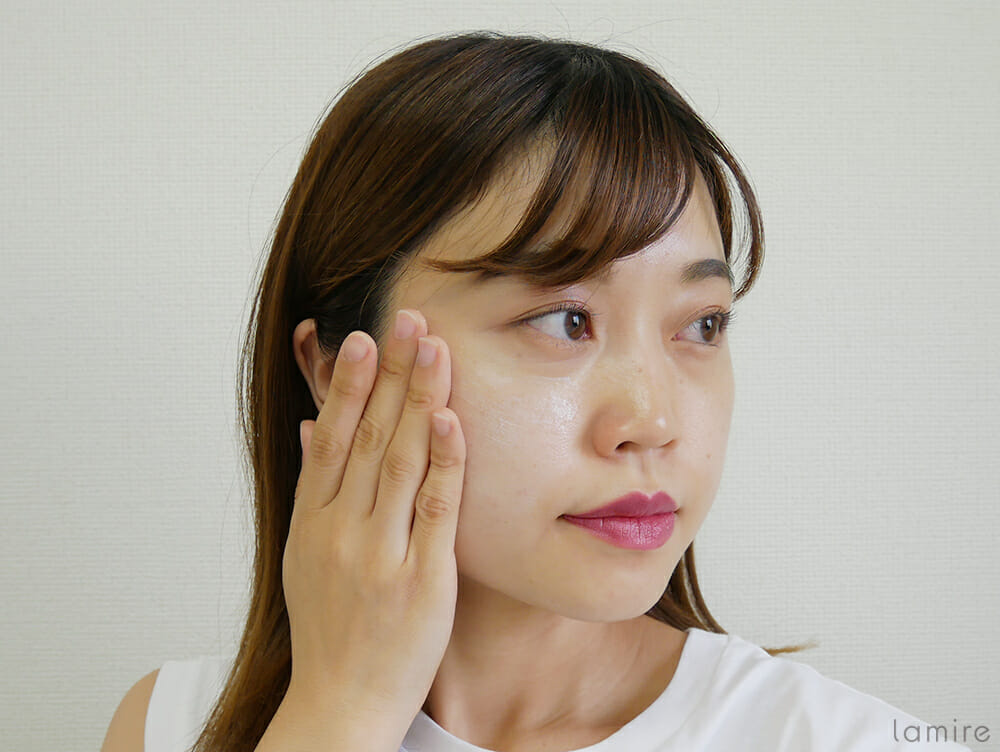 ラロッシュポゼのUVイデアXLプロテクショントーンアップを顔に伸ばしている