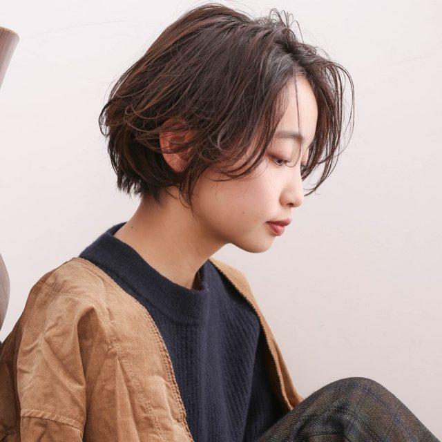ショートヘアが似合わない二重あごの女性のイメージ画像
