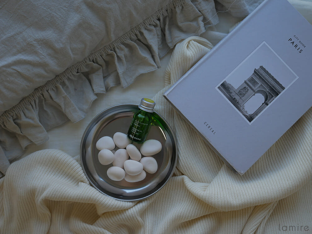 アロマストーンがベッドの上に置かれている