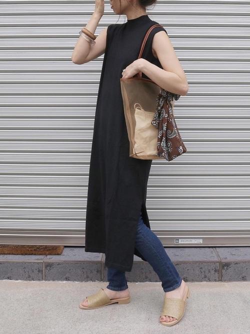 トートバッグにスカーフをする女性