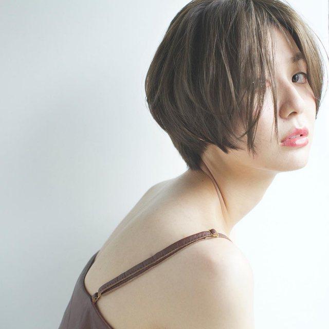 大人かわいい前髪なしのストレートマッシュボブヘアスタイルにした女性の画像