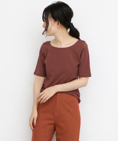 ベイクドカラーのTシャツとパンツコーデの女性