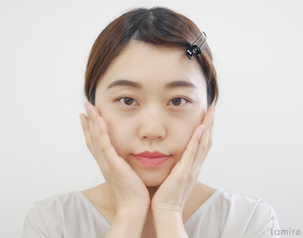 両手で顔を包み込み、化粧水を肌に浸透させている女性の写真
