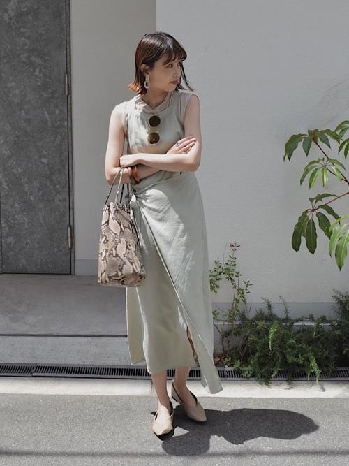 ミントグリーンのワンピを着る女性