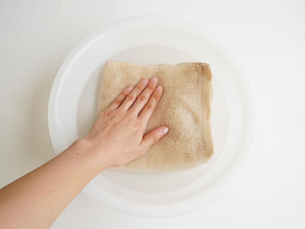 タオルに水を含ませている写真