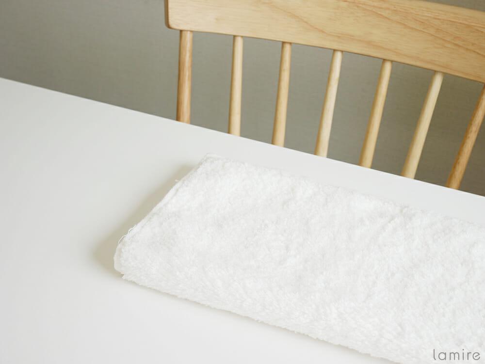 厚手のタオルがテーブルに置かれている写真