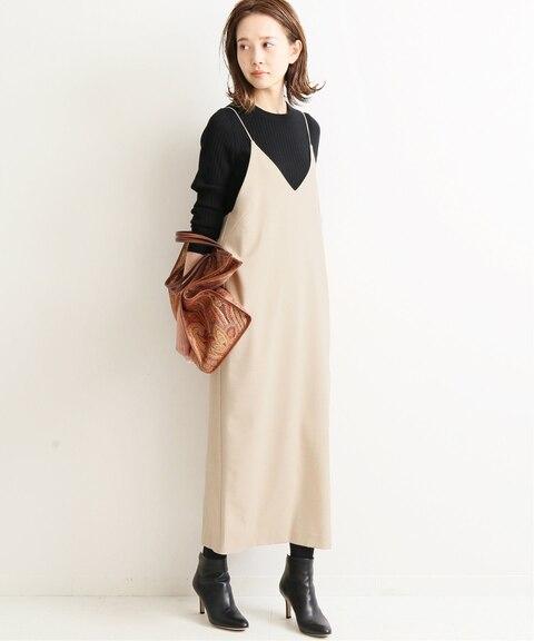 べージュのキャミワンピースに黒のトップスを合わせた大人女性にぴったりな秋冬の同窓会の服装