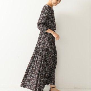 ブラウンのペイズリー柄ワンピースの大人女性の秋冬にぴったりな同窓会の服装