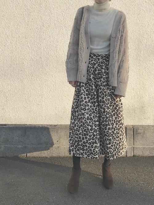 レオパード柄のスカートにベージュニットカーディガンを合わせた大人女性の秋冬の同窓会にぴったりな服装
