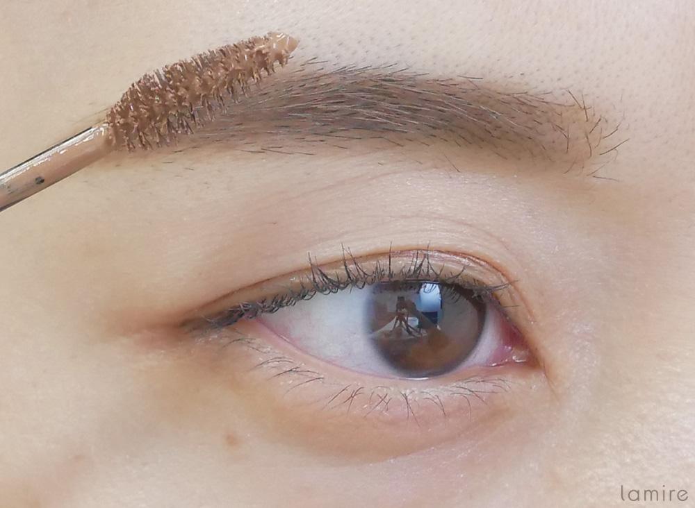 眉マスカラが塗りやすいように、眉をしかめている女性の写真