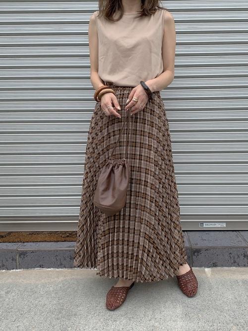 チェックスカートを履く女性