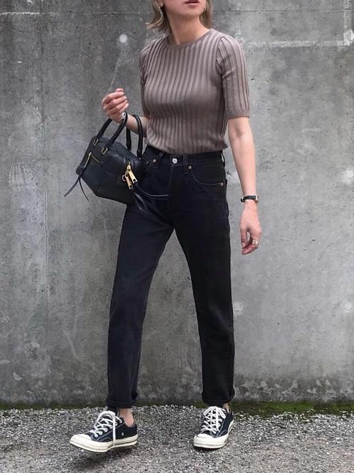 ブラウンセーターを着る女性
