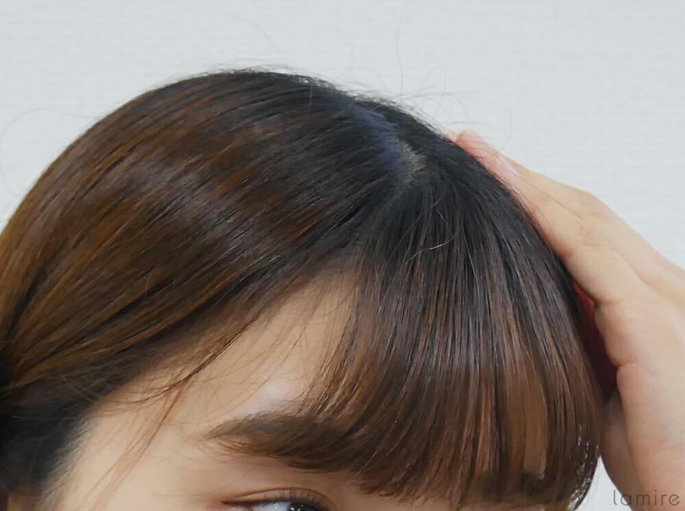 浮き毛を気にしている女性の写真