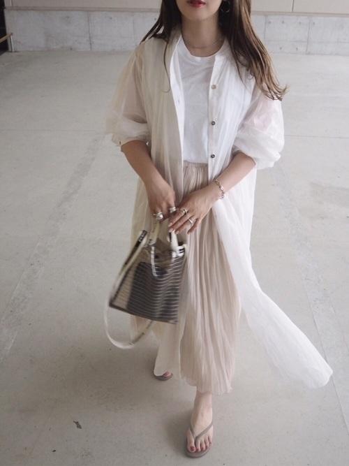 シャツワンピを羽織る女性