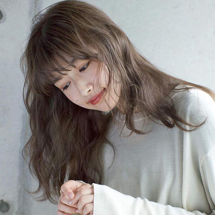 ロングヘアの髪型が似合うようになりたい女性のイメージ画像