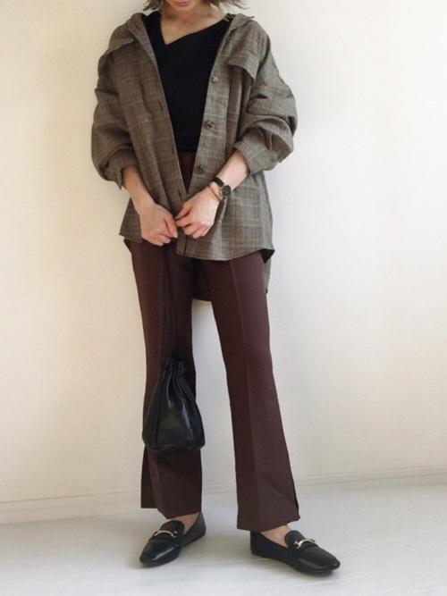 こっくりブラウンパンツを履いた女性