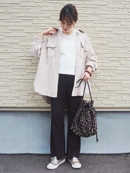 レオパード柄のバッグを持つ女性