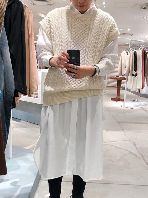 シャツワンピを着る女性