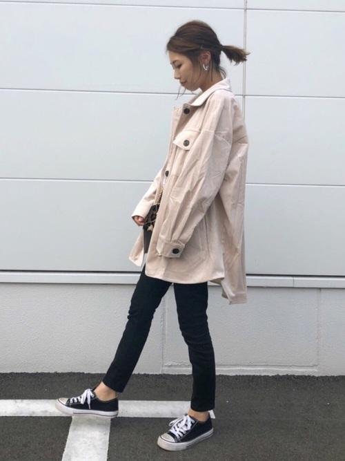 ホワイトのジャケットを着た女性