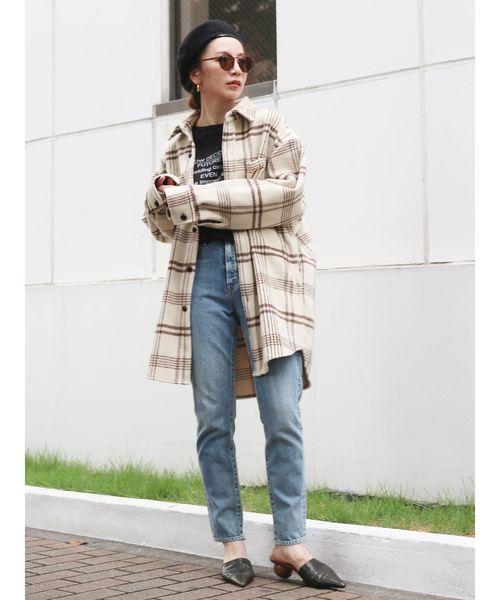 デニムパンツにチェックシャツコーデの女性