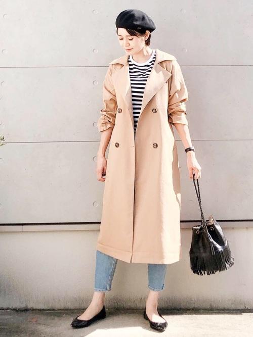 ベージュのトレンチコートにボーダーカットソーを合わせた気温20度の日にぴったりなレディースの服装