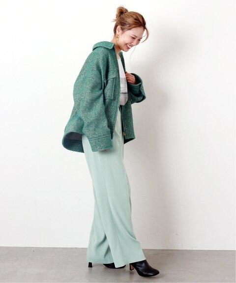 ミントグリーンのパンツに似合う色のグリーンジャケットを組み合わせたレディースコーディネート