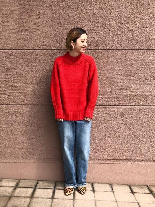 赤ニットを着る女性