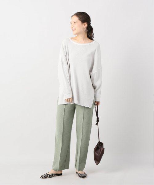 ライトグリーンのパンツに似合う色のグレーのプルオーバーを着たレディース春夏コーディネート