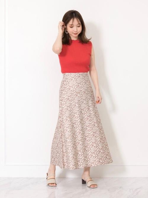 赤のトップスにロングスカート