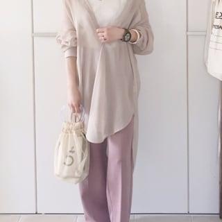 シアーシャツと白のタンクトップにピンクのパンツ