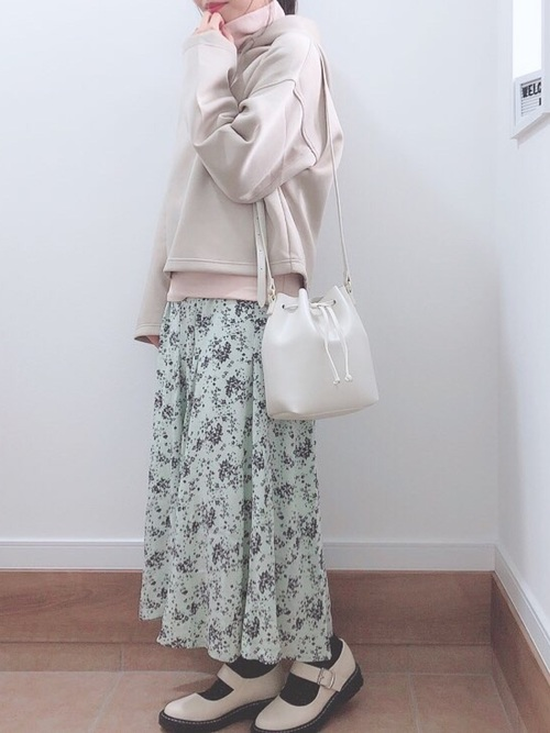 プリントマーメイドスカートコーデの女性