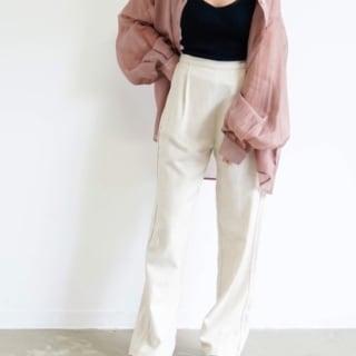 ピンクのシャツを羽織った女性