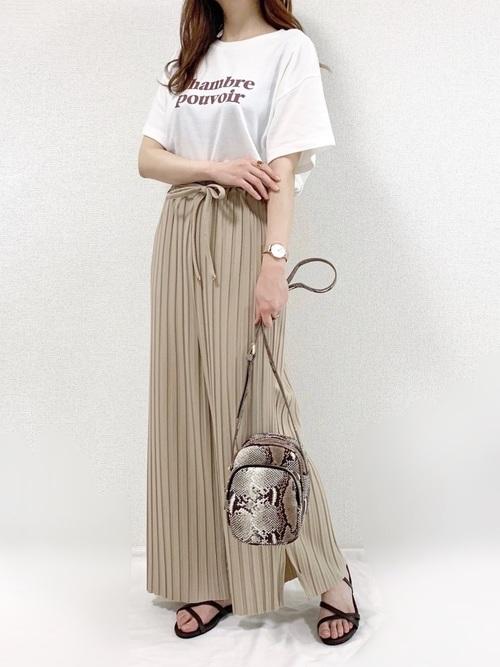 白のTシャツにプリーツスカートのコーデ