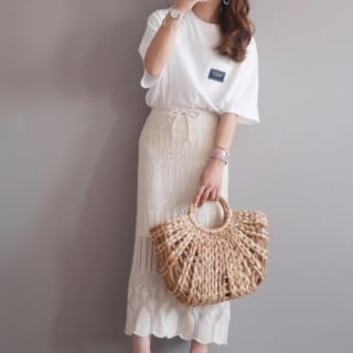 白のTシャツに編みニットスカートのコーデ