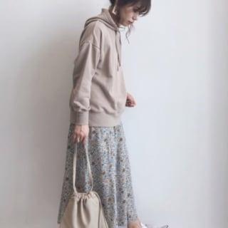 淡い色のスエットパーカー×スカートの人気コーデ
