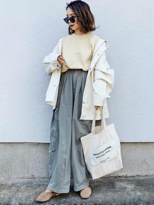 ロングスカートに白のトップスとジャケットのコーデ