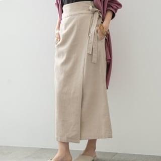 ローリーズファームのラップスカートを履いた女性
