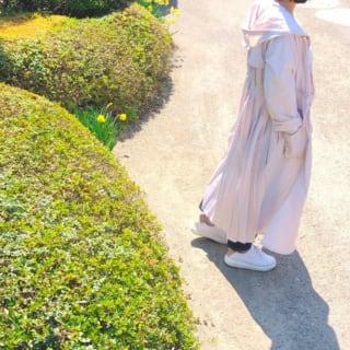 春色シャツワンピと白スニーカーがオシャレなコーデ