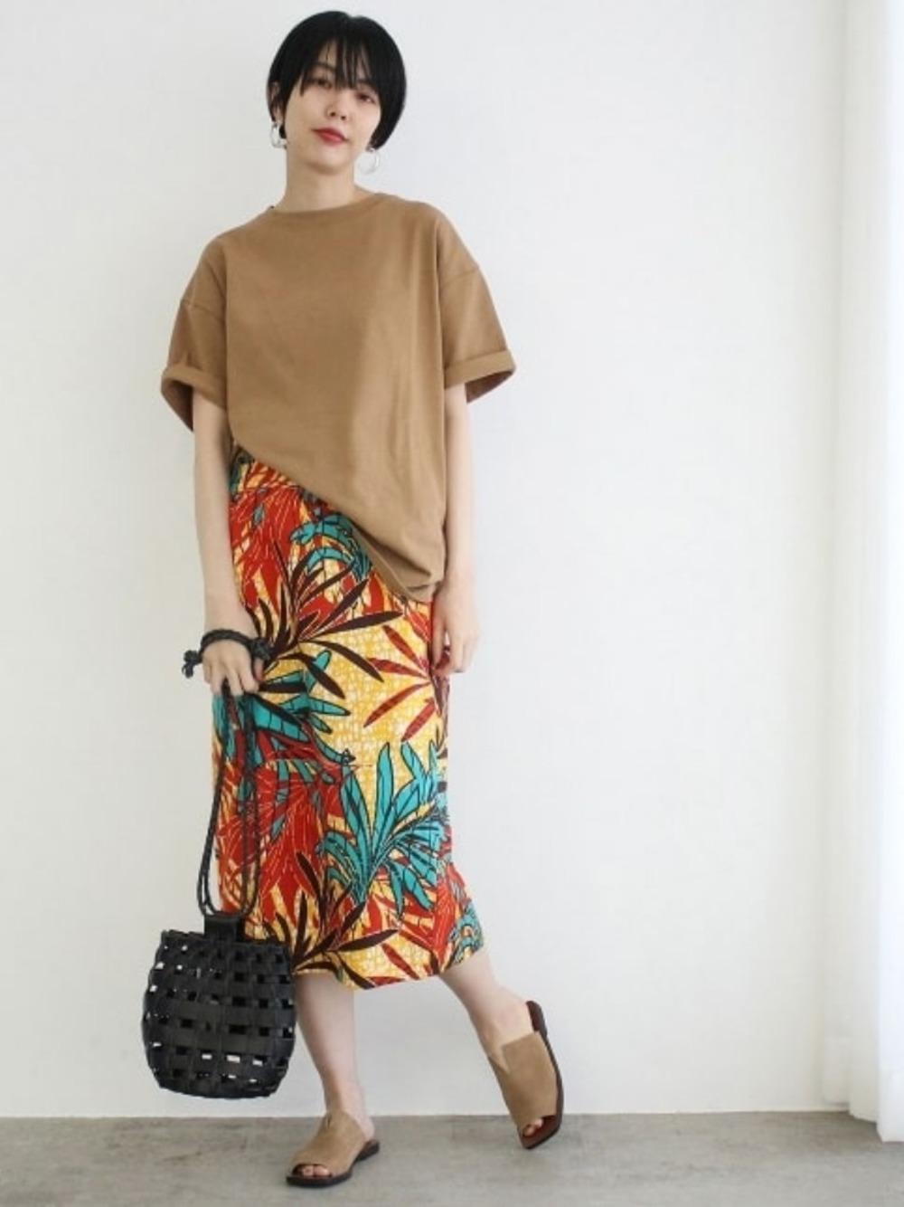 大きめTシャツとタイトスカートの大人キレイめコーデ