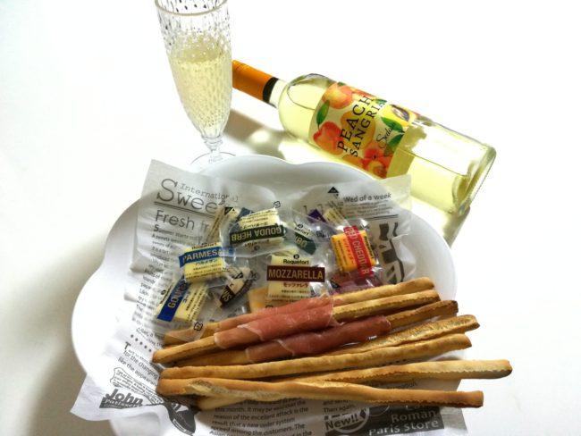 ワインボトル、ワイングラスと一緒に