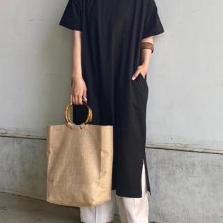 黒のTシャツワンピースにパンツを重ね着した女性