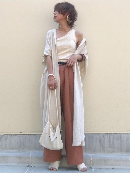 リネン素材のシャツを使った夏コーデをする女性