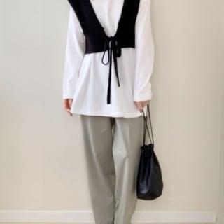 GUのサンダルに白のTシャツにニットビスチェとグレーのパンツのコーデ