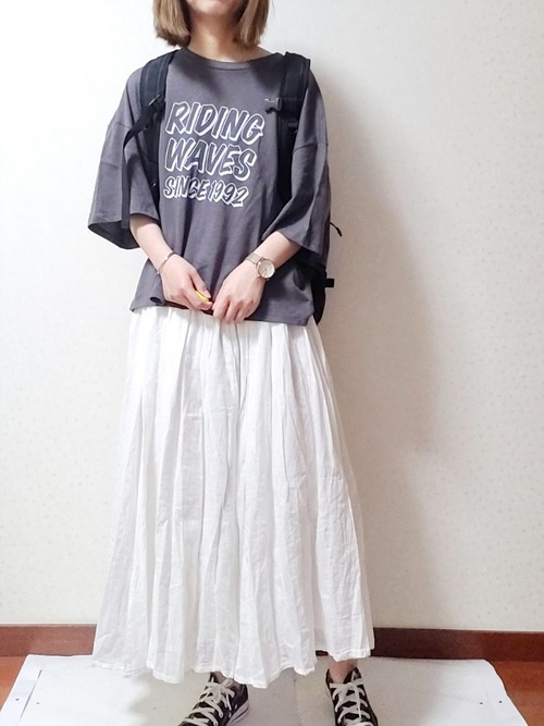 GUのプリントTシャツにロングスカートを合わせたコーデをする女性