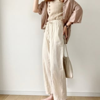 GUのピンクベージュのシャツと白のリラックスパンツを着たコーデ