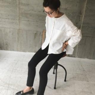 ユニクロの黒デニムと白シャツのコーデ