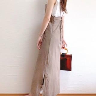 クリアバッグを持つ女性