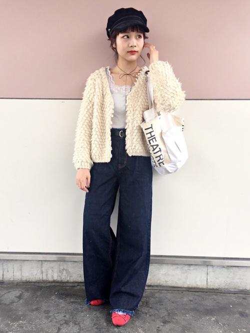 ループヤーンショートカーディガンにネイビーワイドパンツを履いた女性