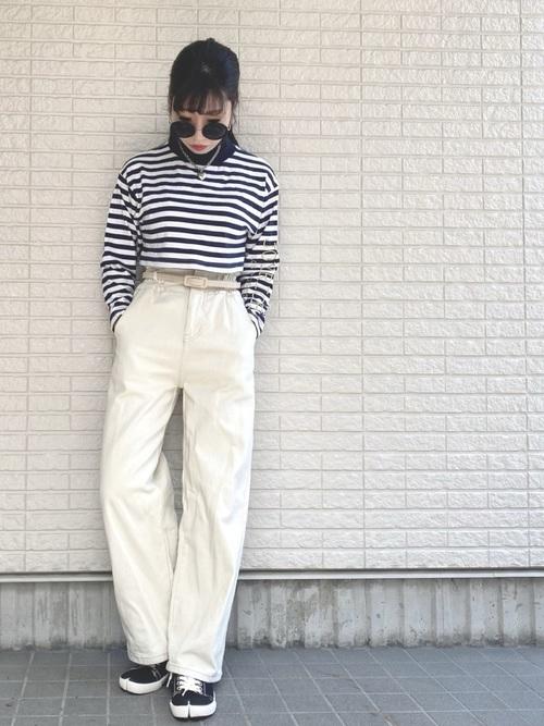 白黒ボーダーTシャツ×白ワイドパンツを着た女性