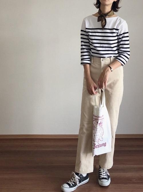 ボーダーマリンシャツ×ベージュストレッチコーデュロイパンツを着た女性